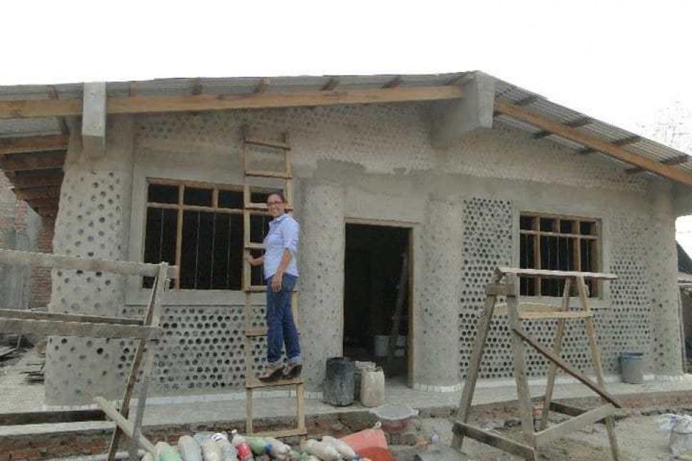 Una abogada boliviana construye casas con botellas para - Construccion de una casa ...
